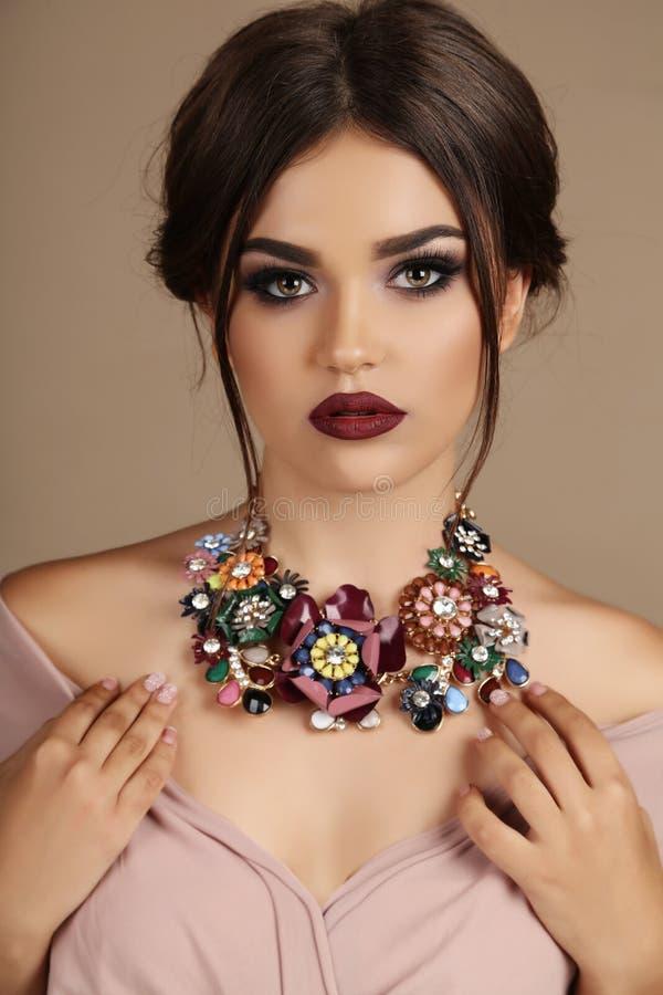 Сексуальная женщина с темными волосами и ярким составом, с ожерельем стоковое фото rf