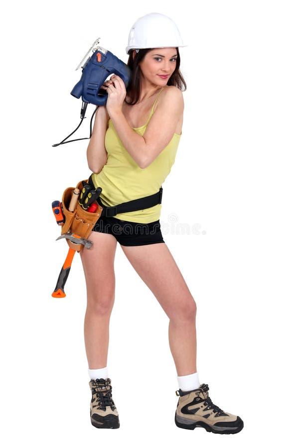 Сексуальная женщина с цепной пилой стоковые фотографии rf