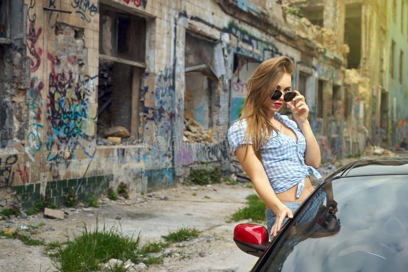 Сексуальная женщина управляя автомобилем стоковая фотография rf