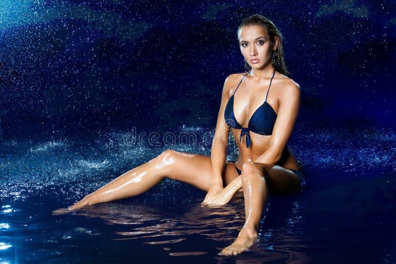 Сексуальная красивая девушка в воде стоковая фотография rf