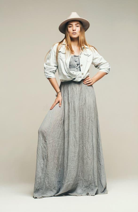 Сексуальная красивая женщина в серой рубашке платья и джинсовой ткани стоковые фото