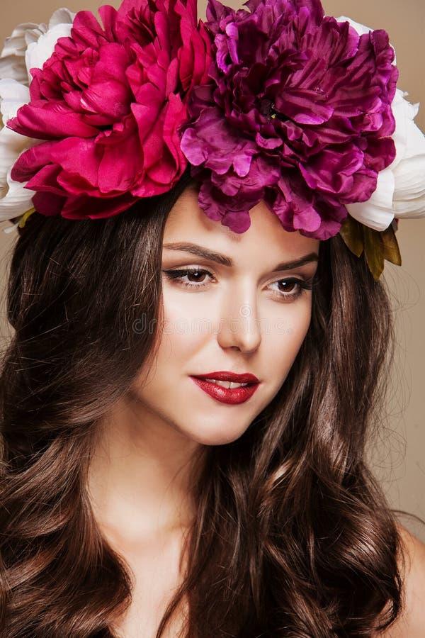 Download Сексуальная красивая женщина с яркими цветками на ее голове Стоковое Изображение - изображение насчитывающей людск, посмотрите: 40579685