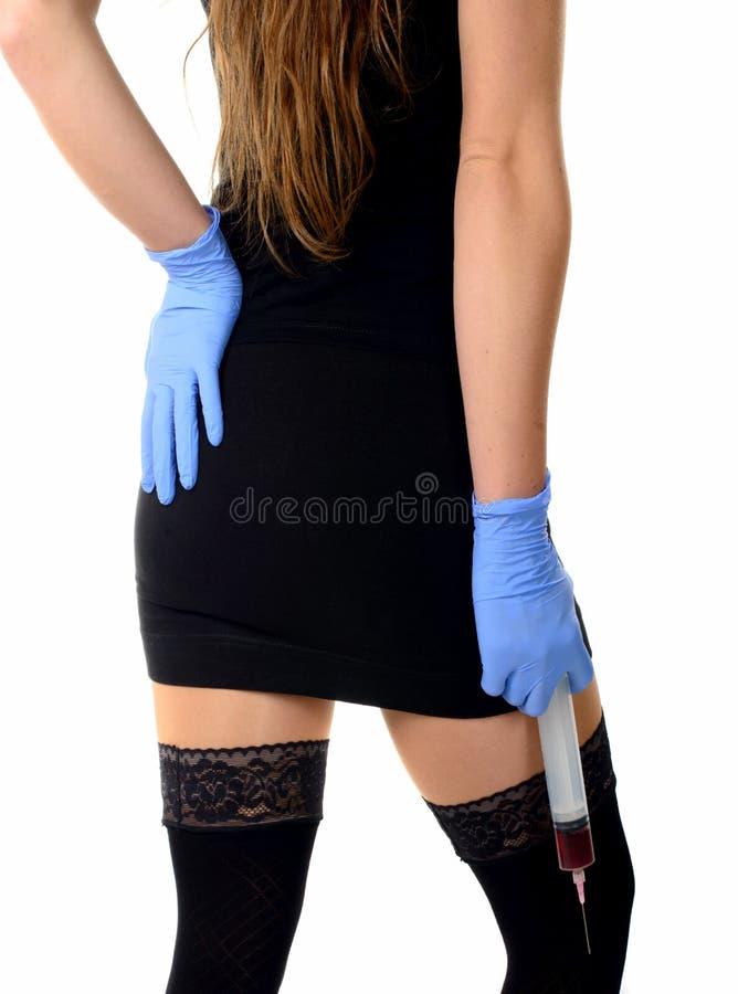 Сексуальная медсестра с большим шприцем стоковое фото