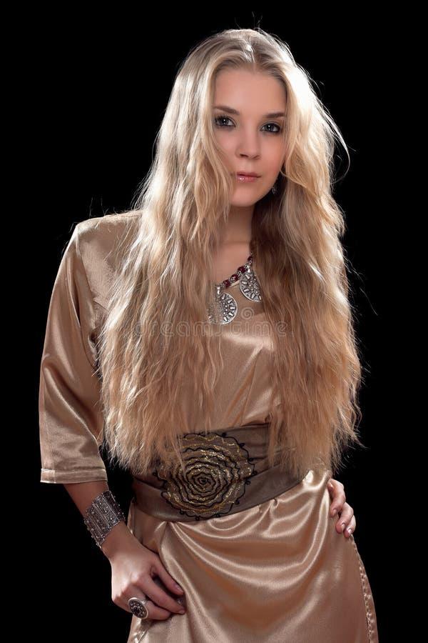 Сексуальная молодая блондинка в платье стоковые изображения