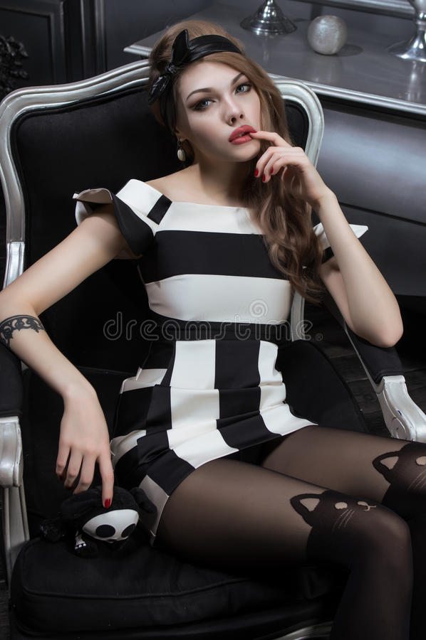 Сексуальная молодая женщина в черно-белом платье стоковое фото rf