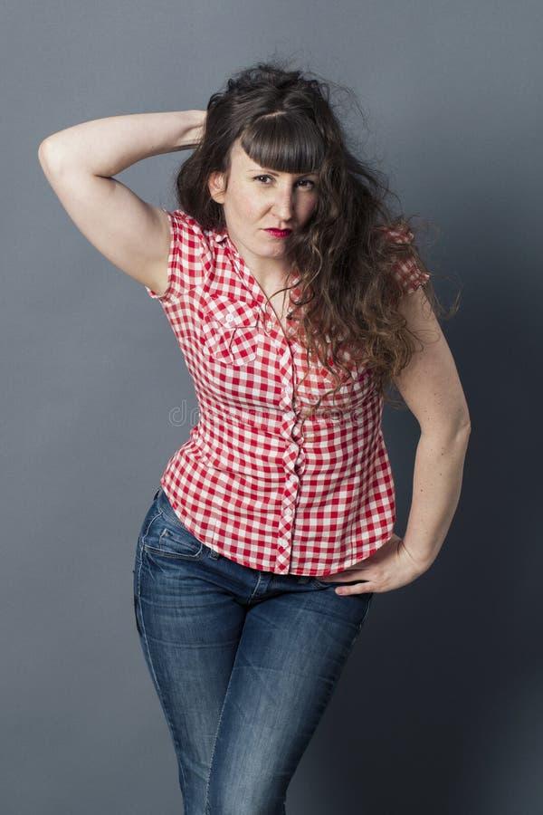 Сексуальная молодая женщина касаясь ее длинному вьющиеся волосы стоковые изображения rf