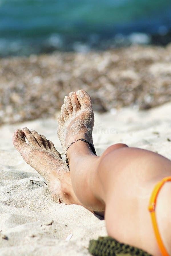 Сексуальная нога женщины с anklet стоковые изображения