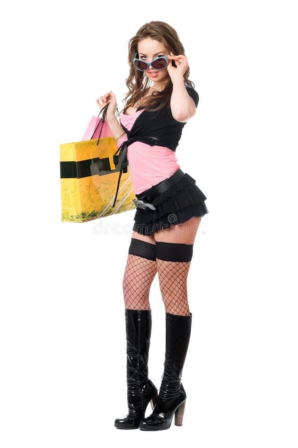 Сексуальная привлекательная молодая женщина после ходить по магазинам. Изолировано стоковые изображения