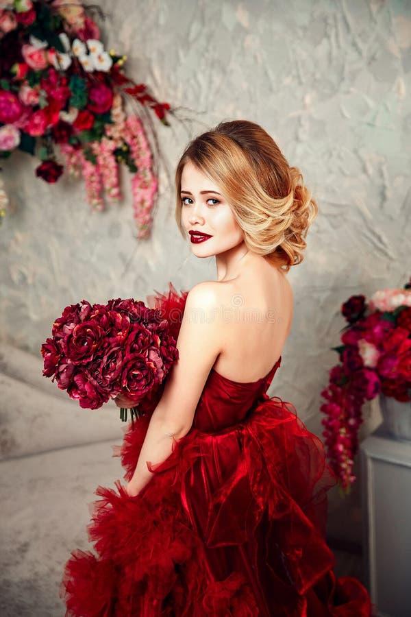 Сексуальная стильная белокурая красивая женщина на софе стоковое изображение rf