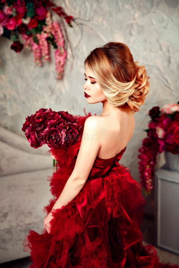 Сексуальная стильная белокурая красивая женщина на софе стоковые фотографии rf