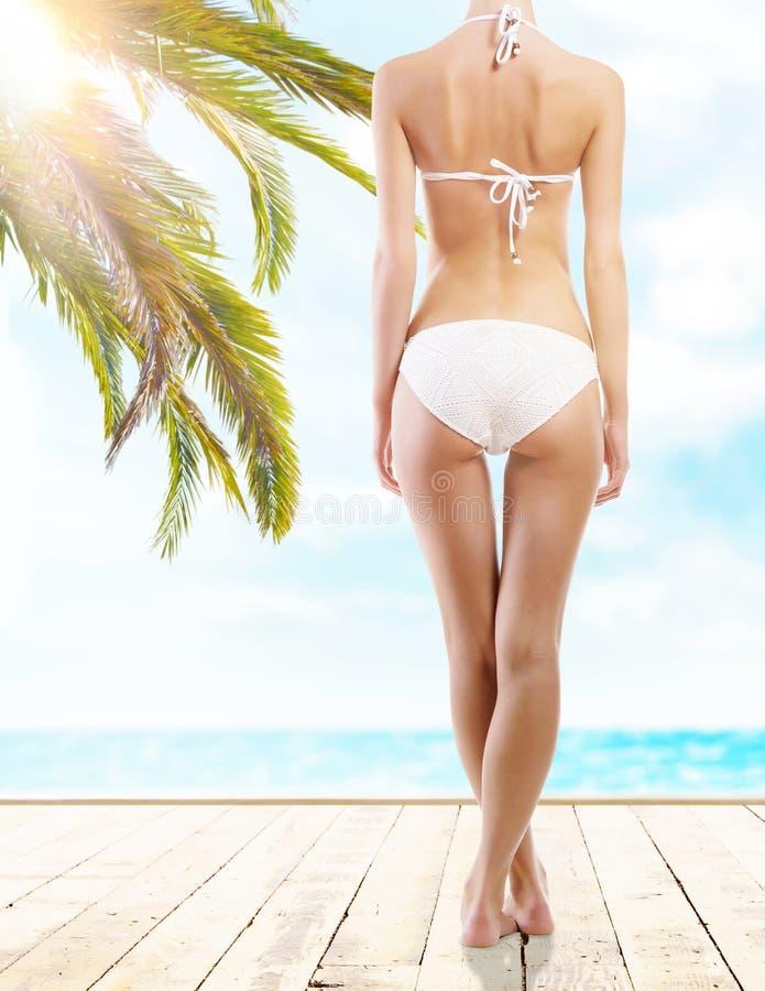 Сексуальное и sporty женское тело на пляже стоковые изображения