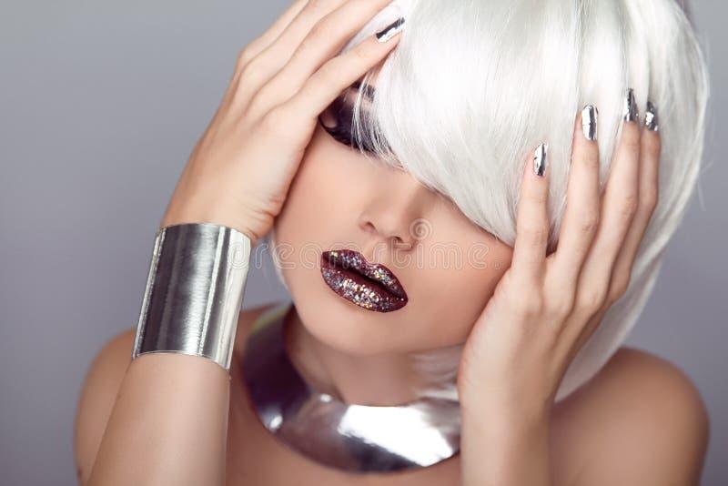 Сексуальные губы. Девушка красоты. Стрижка моды. Стиль причёсок. Стильное Frin стоковая фотография