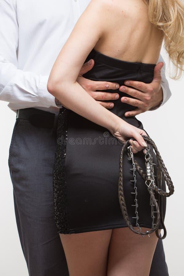 Сексуальные пары девушка держа поводок Воротник собаки стоковая фотография rf