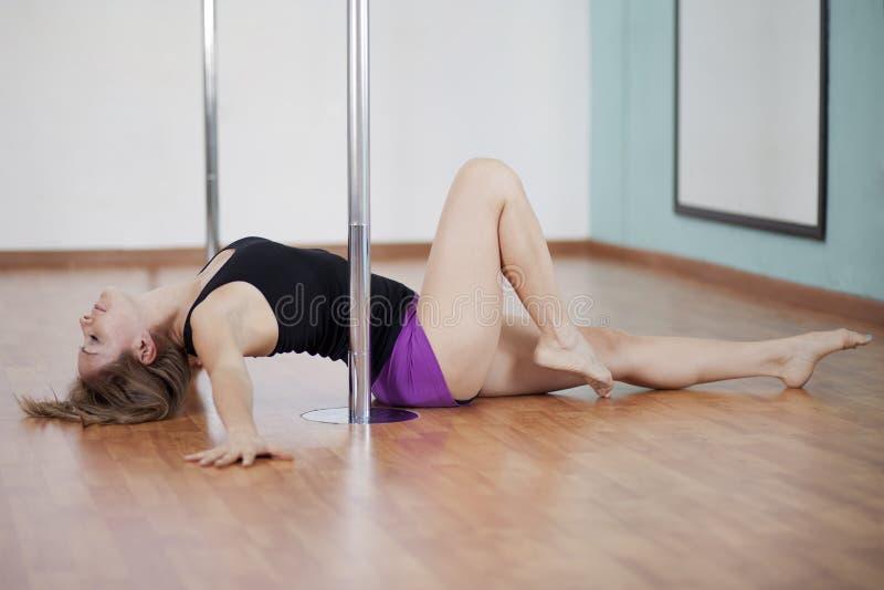 Сексуальные танцы поляка молодой женщины стоковая фотография rf