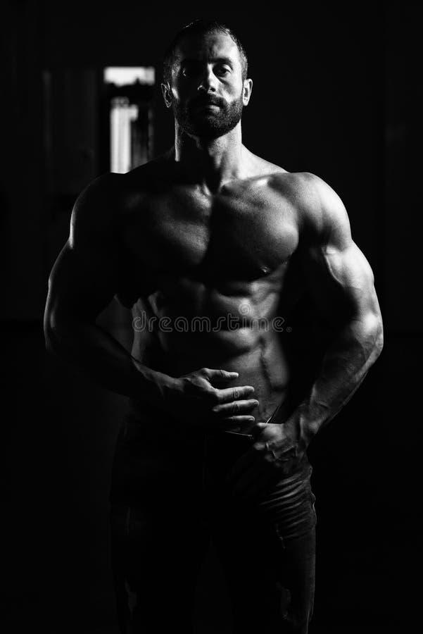 Download Сексуальный латинский человек представляя в спортзале Стоковое Изображение - изображение насчитывающей человек, брюшка: 81814973