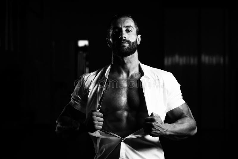 Download Сексуальный итальянский человек представляя в белой рубашке Стоковое Фото - изображение насчитывающей bodysuits, фасоли: 81815006