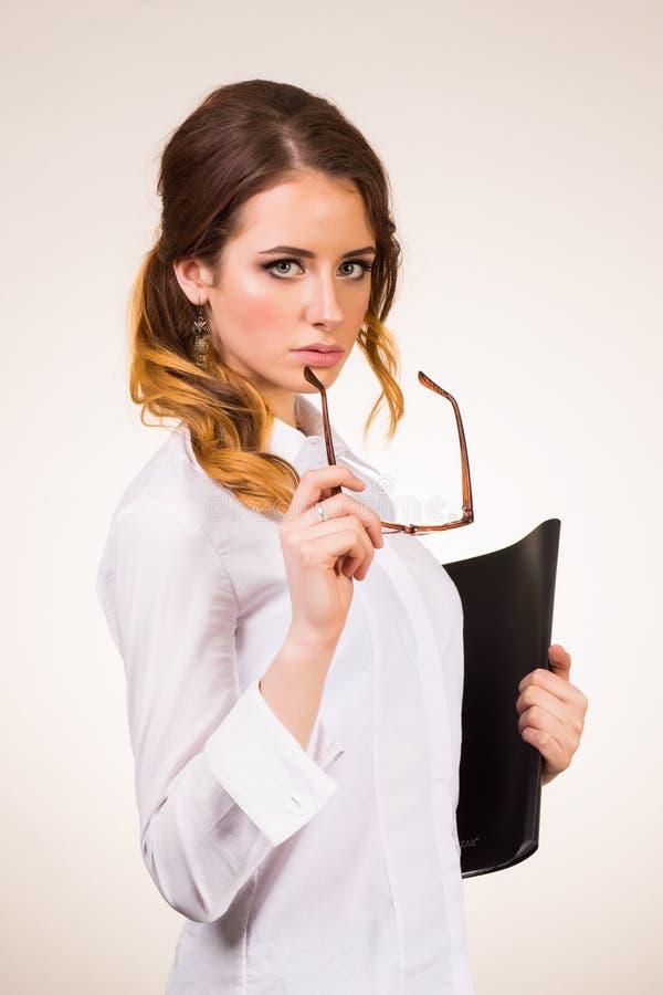 Сексуальный молодой учитель в коллеже на белой предпосылке стоковые изображения