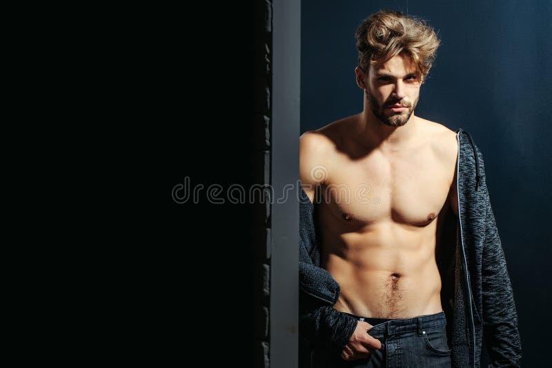 Сексуальный мышечный бородатый человек стоковая фотография