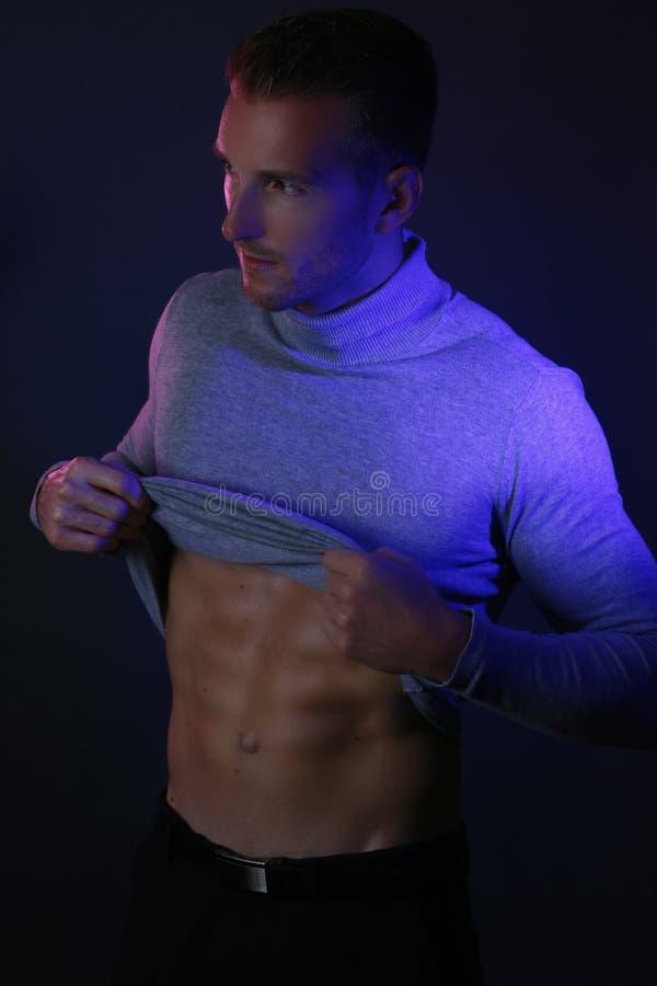 Сексуальный мышечный человек фитнеса показывая мышцы sixpack стоковые фотографии rf