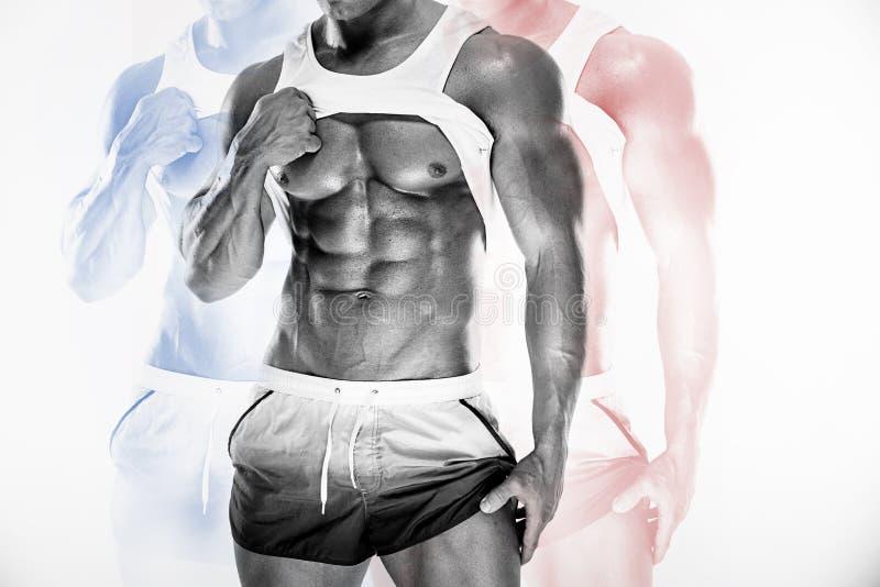Сексуальный мышечный человек фитнеса показывая sixpack muscles без сала стоковая фотография