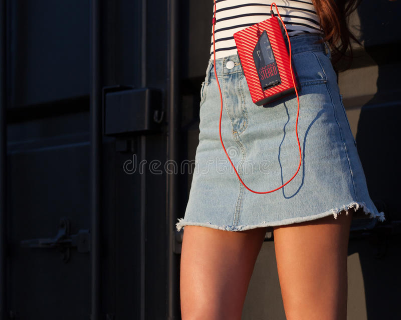 Сексуальный довольно молодой женщины стиля спорта представляя на каникулах на улице имея потеху с винтажным красным игроком кассе стоковая фотография rf