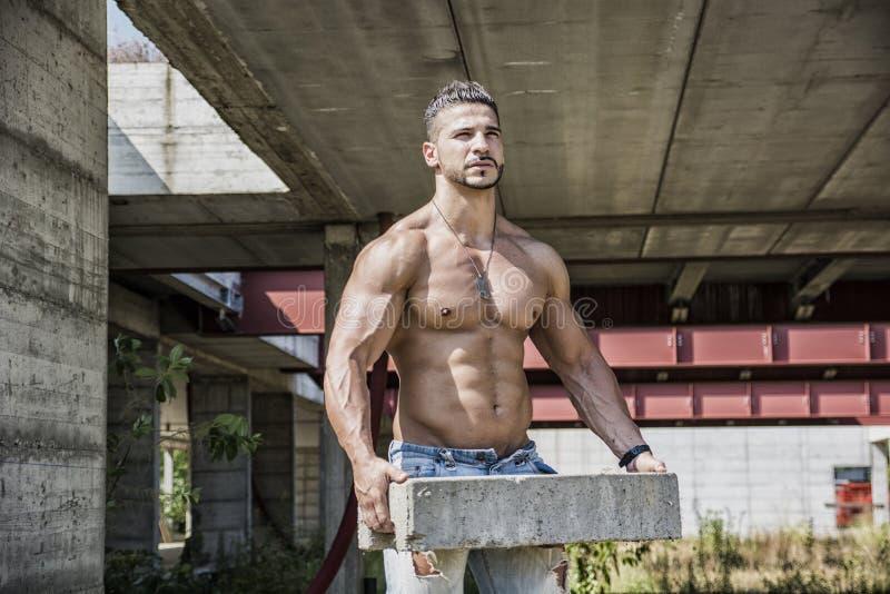 Сексуальный рабочий-строитель без рубашки с мышечным стоковое фото rf