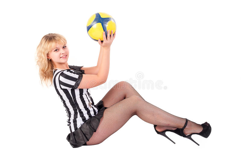 Сексуальный рефери футбола играет с шариком на поле стоковые фото