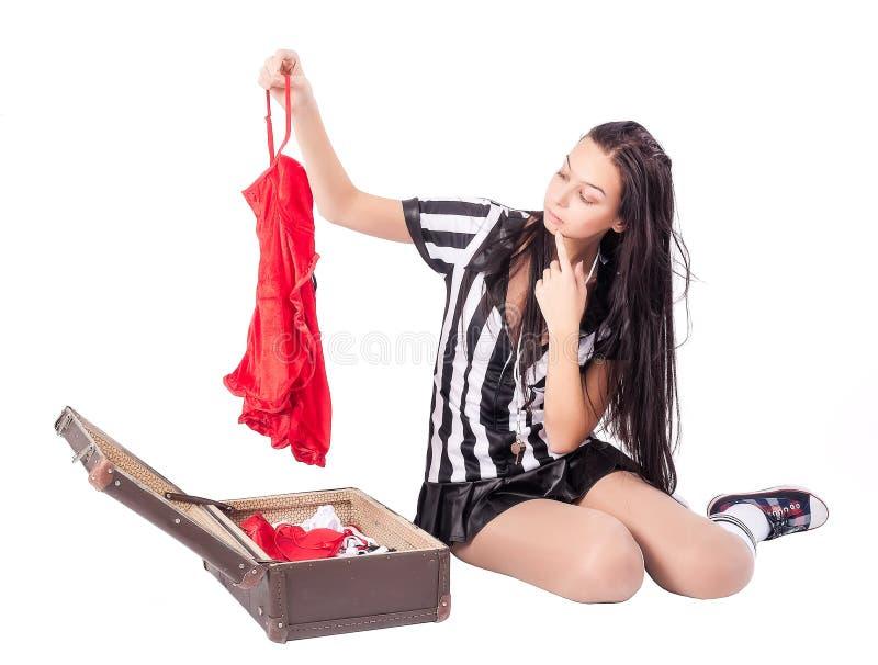 Сексуальный рефери футбола пакует чемодан стоковая фотография rf