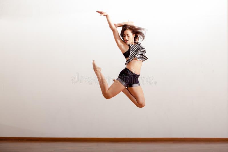 Сексуальный танцор джаза в воздухе стоковое изображение rf