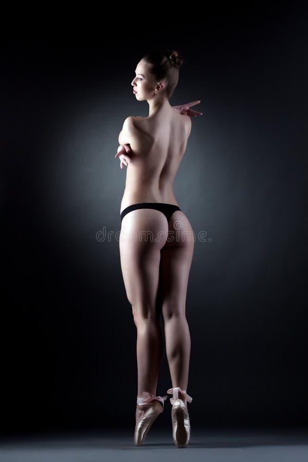 Сексуальный топлесс современный танцор представляя назад к камере стоковое изображение rf