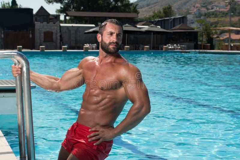 Сексуальный человек в бассейне стоковое фото