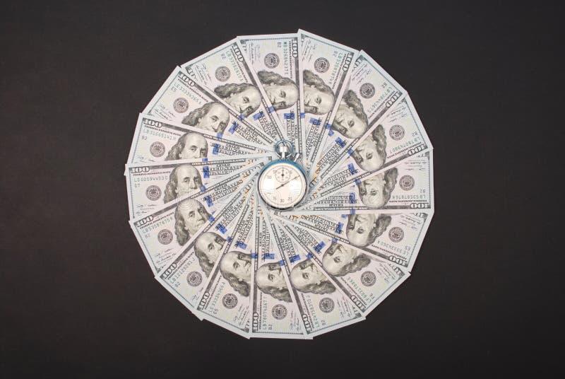 Секундомер на калейдоскопе мандалы от денег стоковое фото
