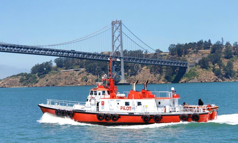 СЕЛЕЗЕНЬ пилотной шлюпки в San Francisco Bay стоковая фотография
