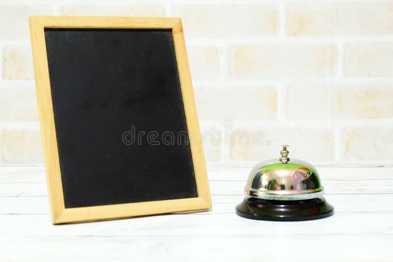 Селективный фокус колокола кольца и опорожняет черный космос доски для текста стоковая фотография rf