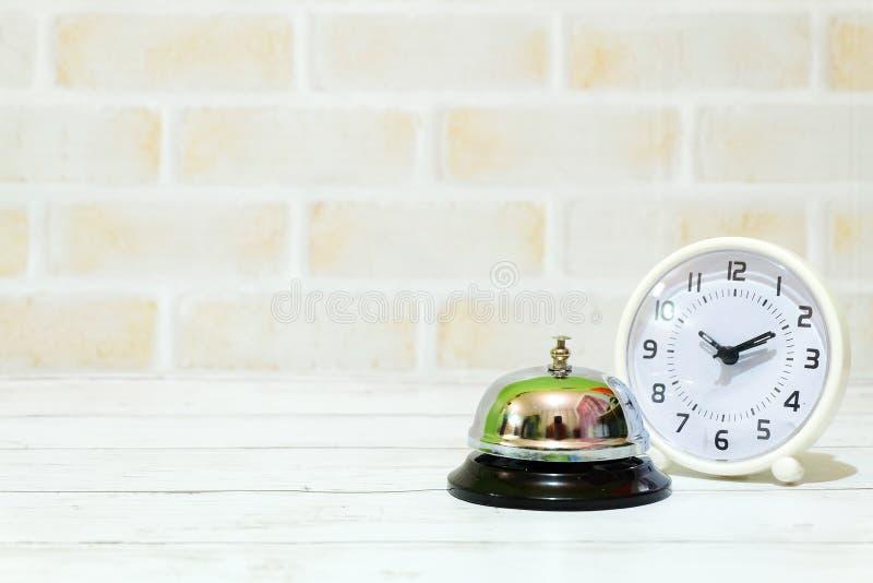 Селективный фокус колокола часов и кольца таблицы изолированного с космосом экземпляра для текста Часы таблицы показывая времени  стоковая фотография