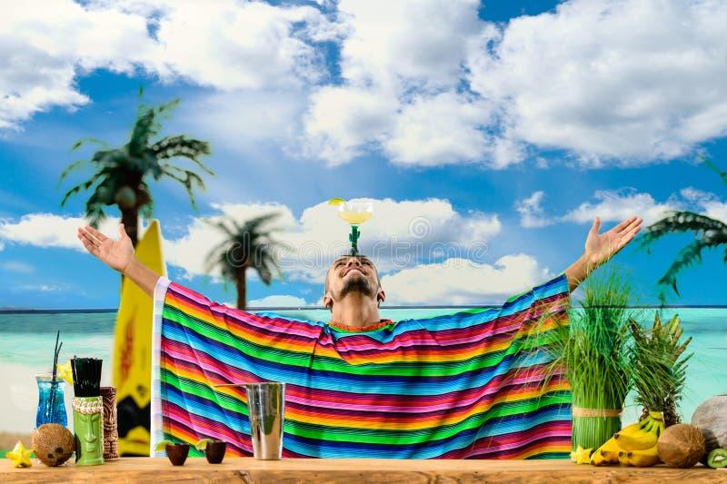 Селективный фокус на красивом мексиканском бармене стоя на ба стоковая фотография