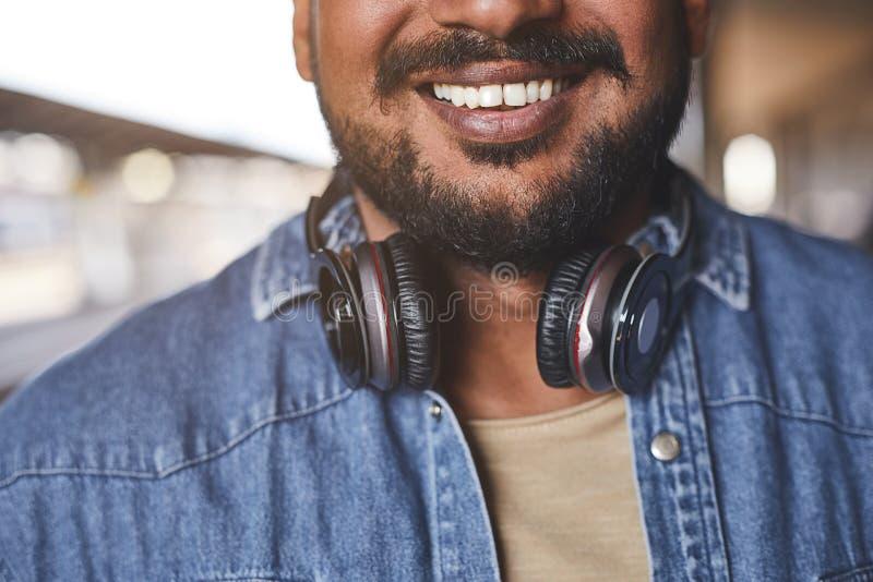 Селективный фокус положительного индусского человека чувствуя счастливый стоковое фото rf