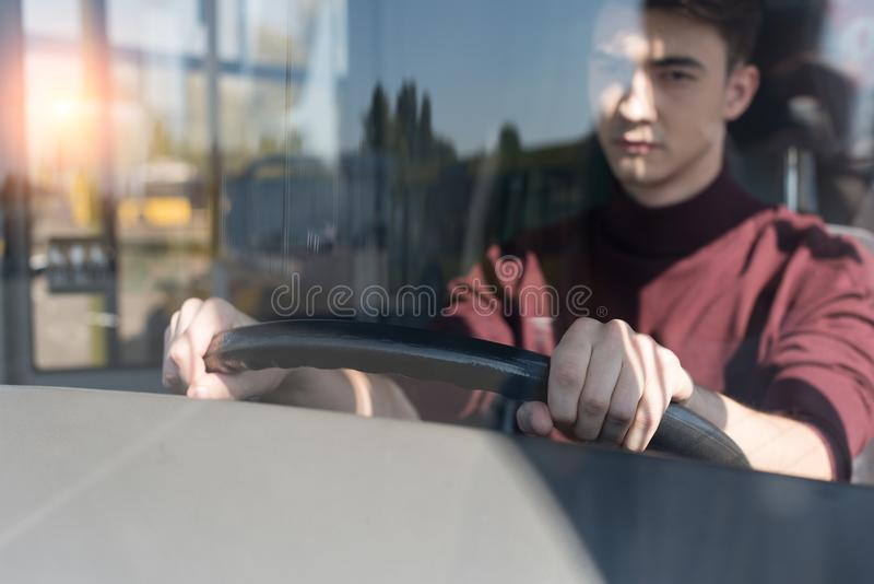 селективный фокус серьезного удерживания водителя автобуса стоковые изображения rf