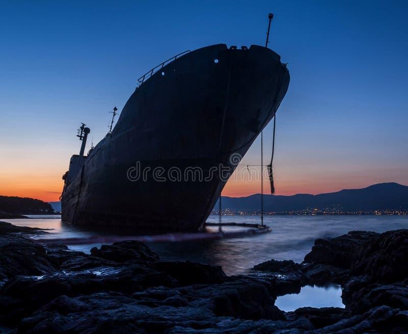 Сели на мель корабль в голубом часе стоковое изображение rf