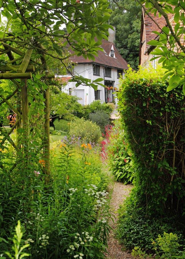 село английского сада коттеджа традиционное стоковые изображения rf