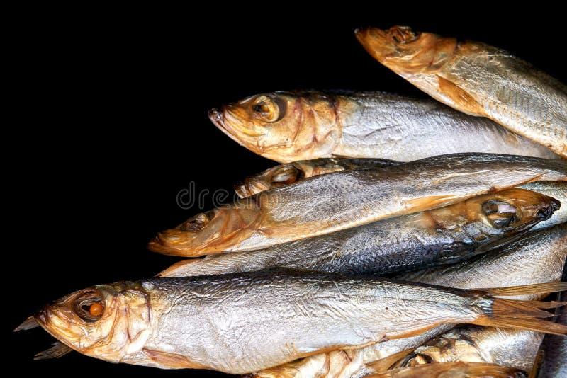 Сельди копченых рыб прибалтийские изолированные на черной предпосылке стоковые изображения