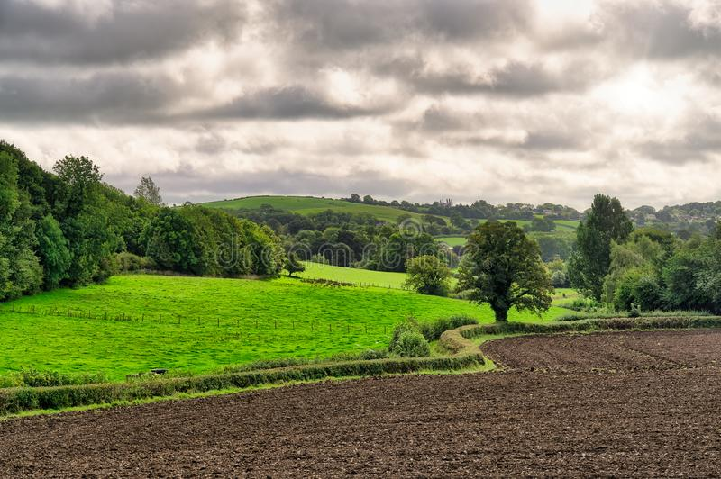 Сельская английская сцена с вспаханным полем стоковая фотография