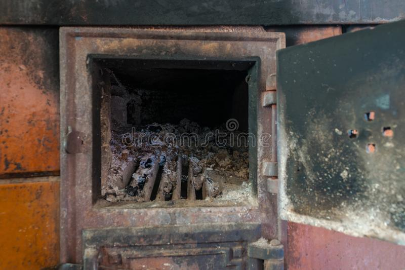 Сельская плита с открыть дверью Серия зол и угля видимых внутри плиты стоковые фотографии rf