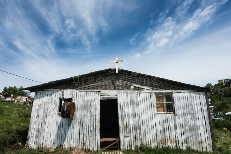 Сельская церковь с смертной казнью через повешение барабанчика от окна стоковое изображение