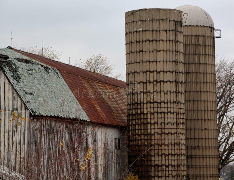 Сельские амбар и силосохранилища Иллинойса стоковая фотография rf