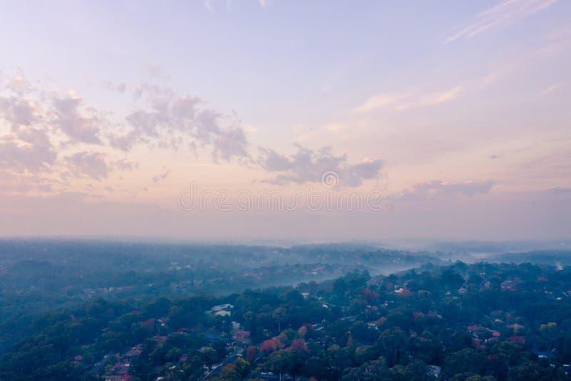 Сельские пожарные службы RFS рискуют ожога уменьшения для создания проблем дыма над тазом Сиднея, уменьшая видимость и увеличивая стоковая фотография rf