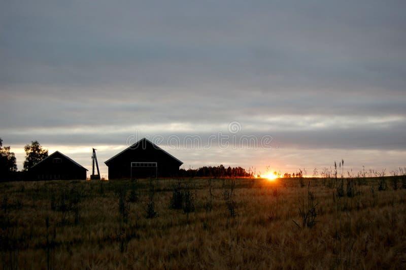 Сельский дом и луга в заходе солнца стоковая фотография rf