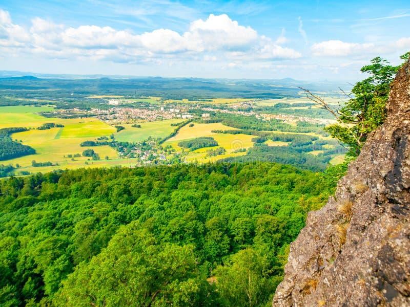 Сельский ландшафт вокруг Mimon на солнечный летний день, взгляд от горы Ralsko, чехии стоковые изображения