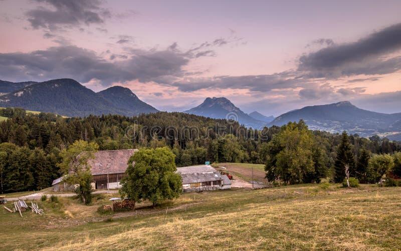 Сельский ландшафт горы во французских Альп после захода солнца стоковые фото