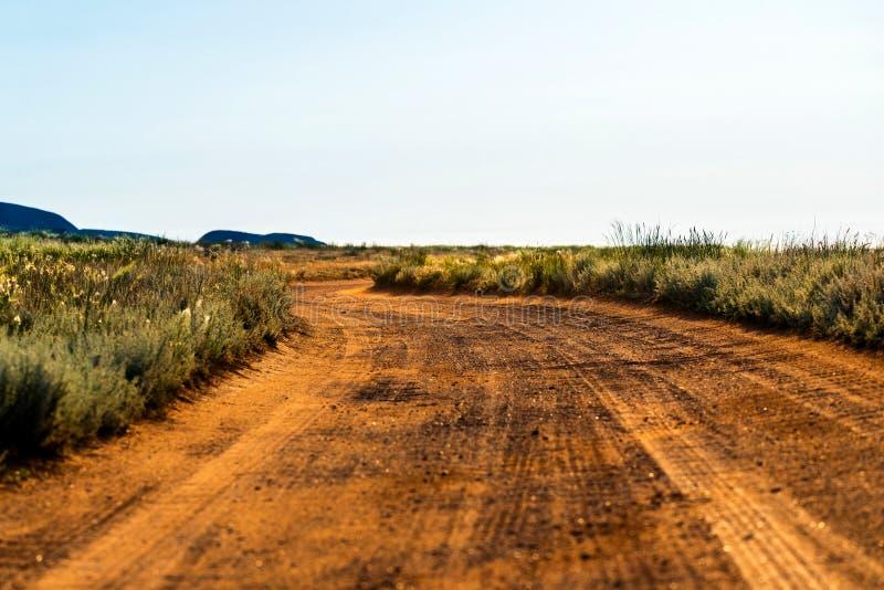 Сельский ландшафт грязной улицы в степи или пустыне стоковые изображения rf